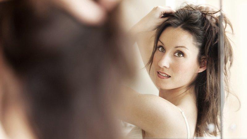 La sortie des cheveux affaiblis tombant